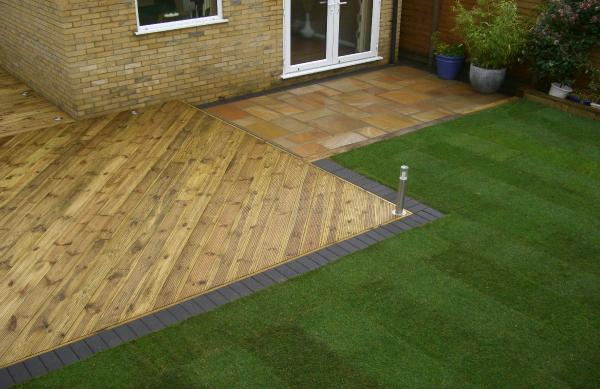 Garden makeovers luton hitchin dunstable for Gardens with decking and paving